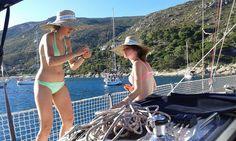 una delle cose migliori che si possono fare a bordo di una barca a vela, durante una crociera, è pescare.
