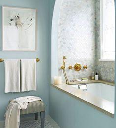 La combinación de la Pared Pintada con el azulejo de la bañera en los mismos tonos no solo da color, sino también unidad y paz #bañosencolor