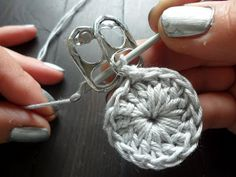 A crochet flower purse, made from little pop tabs from soda. What do you do with these little pop tabs after drinking all the soda and beer? You can make beutiful crochet pop tab projects, as … Read more. Pop Top Crochet, Crochet Diy, Crochet Round, Soda Tab Crafts, Can Tab Crafts, Tape Crafts, Pop Tab Purse, Clutch Purse, Coin Purse