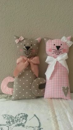 Cats Toys Ideas - Cat Pillow Inspiration - Ideal toys for small cats Sewing Toys, Sewing Crafts, Sewing Projects, Fabric Toys, Fabric Crafts, Fabric Sewing, Cat Crafts, Diy And Crafts, Ideal Toys