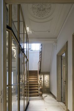 Hans Verstuyft Architects have restored the 'Maison de Maître' in Ghent, effortlessly marrying heritage with minimalism and modernity. Harmony Design, Architecture Design, Timber Stair, Decoration Entree, Small Porches, Interior And Exterior, Interior Design, Parisian Apartment, Traditional Interior