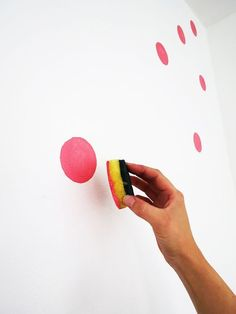 How to paint a polka dots wall – Ohoh deco So einfach bekommste du bunte Punkte an die Wand! The post How to paint a polka dots wall – Ohoh deco appeared first on Welcome! Polka Dot Walls, Polka Dots, Polka Dot Nursery, Polka Dot Bedroom, Bright Nursery, Diy Wall Painting, Creative Wall Painting, Dot Painting, Wall Art