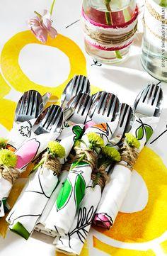 Des morceaux de tissu et des fleurs pour présenter vos couverts. #IKEA #DIY