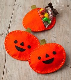 Looking for a Halloween party activity? Here's a cute, little project from the new Felt-o-ween: 40 Scary-Cute Projects to Celebrate Halloween from Kathy Sheldon and Amanda Carestio. Celebrate Halloween with Punkin' Treat Pouches. Dulceros Halloween, Halloween Favors, Halloween Treats, Halloween Pumpkins, Halloween Sewing Projects, Sewing Projects For Beginners, Sewing Hacks, Sewing Crafts, Sewing Tips