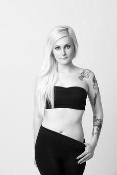 Modellfotografering med Stine. Tøffe portretter i farge og sort/hvit  #portrett Studios, Poses, Crop Tops, Fashion, Scale Model, Figure Poses, Moda, Fashion Styles, Fashion Illustrations