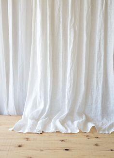 【リノネージュ ホワイト】 プレーンカーテン フラット ひだ山なし リネンレースカーテン 厚手レース w130cm×H145cm~ ¥8,000(税込)~ さらっと心地いい風合いのリネンレースカーテン。雪のように真っ白なリノネージュ。リネン特有のネップが多く入っていますが、それが雪の結晶のようにも見えるのです。 透け感が抑えられた生地なので、外からの視線が気になる方には特に安心しておすすめできるリネンレースカーテンです。 #リネンカーテン