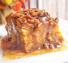 Pumpkin Praline Bread Pudding - this dish sounds so rich and comforting. A pumpkin bread pudding with a delicious rich praline sauce and lots of pumpkin pie spices! Pudding Desserts, Pudding Flavors, Köstliche Desserts, Pudding Recipes, Delicious Desserts, Dessert Recipes, Yummy Food, Sweet Potato Bread Pudding Recipe, Custard Bread Pudding