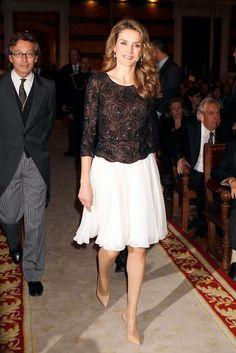 Se pasó a esta falda un poco más suelta y esta blusa elegante para asistir a un acto de la Real Academia Española en noviembre de 2013.