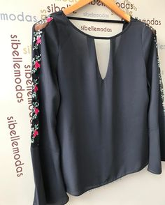Detalhe da blusa que acabamos de postar❤️ R$154,90 Tam P(38) M(40) ▶️Site para compras www.sibellemodas.com.br✔️ ▶️Aceitamos todos os cartões de crédito ▶️Cartão de crédito 06x sem juros Paypal ou 04 x sem juros Pagseguro ▶️Desconto a vista 8% (Depósito ou Transf) ▶️Whatsapp(11)961837847 Frete Grátis acima R$320,00