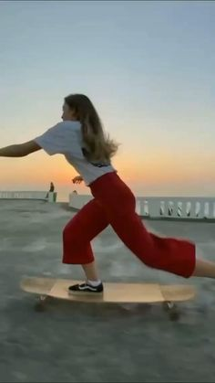 Skateboard Design, Skateboard Girl, Penny Skateboard, Girls Skate, Skateboard Videos, Sport Fitness, Aesthetic Movies, Dance Videos, Plein Air