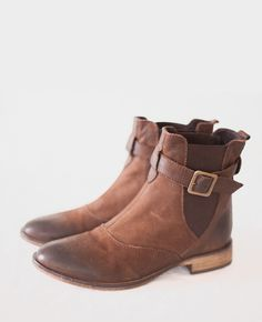 CAN'T. WAIT. FOR. FALL.  brown leather ankle Chelsea boots with buckle size