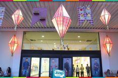 Decoração de ambiente com bandeirola e balão junino