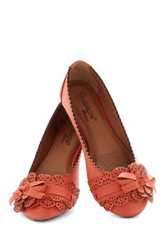 fancy flats - L. Bennett would like these! If I HAVE to wear flats, these would be it! Pretty Shoes, Beautiful Shoes, Crazy Shoes, Me Too Shoes, Fancy Shoes, Coral Flats, Orange Flats, Beige Flats, Cute Flats