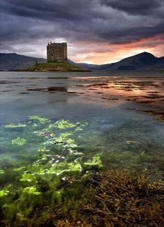Perderse en Esocia también es una buena opción. Este es el Castillo Stalker, que se encuentra en el Loch Laich.