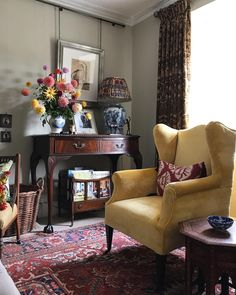English country style draws inspiration from its rural surroundings. Here, 13 ideas to turn your living room into a comfy pastoral den you never want to leave. French Country Living Room, Interior Design, House Interior, Vintage Interior Design, Cottage Interiors, Home, Country Living Room, English Decor, Home Decor