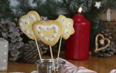 Rezept: Butterplätzchen am Stiel. Kekse zum Sofort-Naschen. German Cookies, Butter Cookies Recipe, Xmas, Christmas Ornaments, Homemade Gifts, Kids Meals, Birthday Candles, Cookie Recipes, Place Card Holders