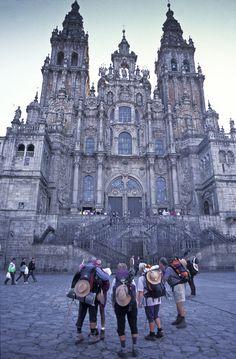 Isto é a catedral de Santiago, quizais o monumento mais importante e mais bonito de toda Galicia. É un deses lugares que non podes marchar de Galicia sen visitalos, é parte da historia da nosa terra. Santa Cruz Bolivia, Great Places, Places To See, La Cathedral, Places Around The World, Around The Worlds, Places In Spain, Tourist Sites, The Camino