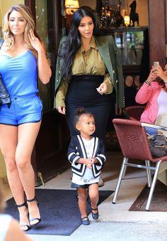 Kim Kardashian grávida exibe barriguinha em passeio com North West (Foto: AKM-GSI)