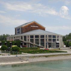 Essa é uma casa de ópera situada em Füssen às margens do Lago Forggensee. Conhecemos esse local quando fizemos o passeio de barco pelo lago. E depois passamos em frente a ela (pelo outro lado claro) durante a Maratona Romantica dos Castelos Reais (Konigsschlosser Romantim Marathon). #musica #thefabulousproject #viajarcorrendo #viagem #trip #instatravel #instabloggers #blogsdeturismo #blogsdeviagem #globetrotter #wanderlust #worldtraveller #retrip #viciadaemviagem #maniadeviagem #quetalviajar…