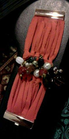 Pulseira em malha coral com pérolas, cristais, pedras brasileiras - Criação Maria Brandão com a Lua em Áries. Email para contato artemaritacas@gmail.com VENDIDA