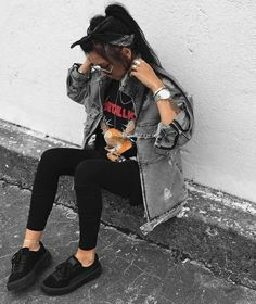 Grunge Fashion Blog // All black outfit // Womens Sneakers // Casual Outfit // Distressed Metallica shirt / black jean jacket.