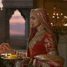 rajputi kangan mein utni hi taakat hai, jitni rajputi talvaar mein Choli Dress, Bridal Lehenga Choli, Saree Wedding, Wedding Suits, Wedding Dress, Red Lehenga, Saree Blouse, Wedding Bells, Rajasthani Bride
