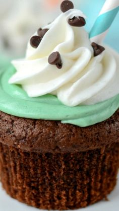 Mint Chip Milkshake Cupcakes ~ filled with mint chip flavor: in the cupcake and in the frosting! Mint Frosting, Cake Frosting Recipe, Frosting Recipes, Chocolate Cupcakes Filled, Chocolate Cake Mixes, Mini Chocolate Chips, Milkshake Cupcakes, Ice Cream Smoothie, Cupcake Boutique