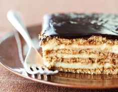 No-Bake Boston Cream Pie Strata : Icebox cake composed of layers of graham crackers and fresh, homemade vanilla pudding, topped with fudge frosting. When it sits together in the fridge overnight, it melds into a luxurious cake-like texture. Winter Desserts, Köstliche Desserts, Dessert Recipes, Baking Recipes, Baking Pan, Pie Dessert, Pie Recipes, Graham Crackers, Homemade Vanilla Pudding