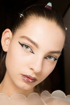 Grafischer Eyeliner: Cat-Eyes bei Fendi
