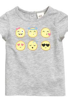 Camiseta y leggings: Conjunto en punto de algodón suave. Camiseta con mangas cortas abullonadas, estampado delante y un botón de presión en la nuca. Leggings con estampado y cintura elástica.
