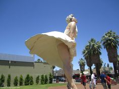 Marilyn Monore Statue Palm Springs California - DayTrippen.com