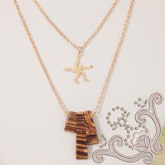 Colier dublu, la baza gatului,  realizat din elemente placate cu aur si compozit. Este o bijuterie eleganta, in culorile pamantului, usor de asortat oricarei tinute. Arrow Necklace, Gold Necklace, Aur, Jewelry, Jewellery Making, Jewerly, Jewelery, Gold Necklaces, Jewels