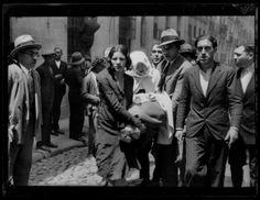 1931 - Traslado de uno de los heridos tras los incidentes de mayo, Madrid, por Luis Ramón Marín. La foto es impresionante, tiene mucha fuerza.