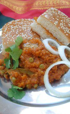 Recette indienne de pav bhaji en vidéo Bonjour et bienvenue. Aujourd'hui on va faire Pav bhaji . « Pav » c'est une sorte de pain et « bhaji » ce sont des légumes . C'est une recette originaire du Maharashtra, où se trouve Mumbai, la cité bolywoodienne,...