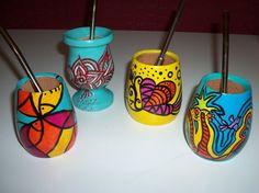 Mates de madera multicolor. Pintados a mano. Laqueados.<br /> El publicado es sin bombilla.<br /> Varios diseños. Painted Flower Pots, Painted Pots, Pebble Painting, Ceramic Painting, Decoupage, Art N Craft, Projects To Try, Ceramics, Crafty