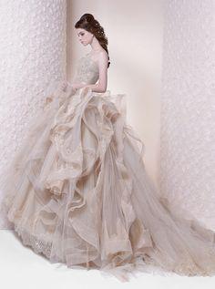 アクア・グラツィエがセレクトした、RS Couture(アールエス クチュール)のウェディングドレス、RS008をご紹介いたします。