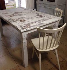 Tisch, weiß-Shabby, 76,5 cm hoch, 91 cm breit, 150 cm lang, massiv HolzDieser massive Holztisch verdient den Namen Tafel. Seine schwere Qualität zeigt sich mit einer massiven, dicken Tischplatte, die von stabilen Beinen getragen wird. Ein wahrer Blickfang für jeden Essbereich.Angelehnt an den funktionalistischen Shaker-Stil verzichtet dieser große Tisch auf jegliche überflüssige Ornamentik und bietet viel Platz für Sie und Ihre Gäste. Seinen natürlichen Vintage-Charme erhält er durch das…
