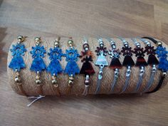 Pulsera de concha diseño Virgen del Pilar moderna, con hilos de macramé. Handmade Crafts, Shells, Bracelet