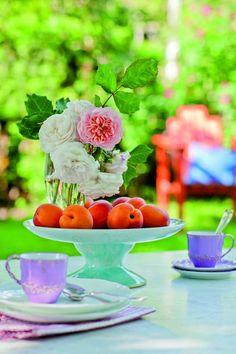 Fruits´n´Flowers -  Den Kaffeetisch mit Teerosen in verschiedenen Farben schmücken und zu den Blumenarrangement Obst wie z.B. Aprikosen legen burdafood.net/Gaby Zimmermann.jpg http://www.meine-familie-und-ich.de/