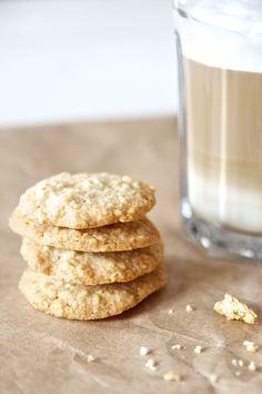 Knusprig, süß und perfekt zum nachmittäglichen Kaffee - die leckeren Haferkekse, die besser schmecken als gekaufte! Und schnell gehen sie auch noch!