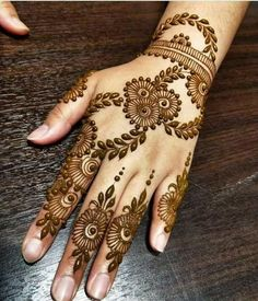 What is a Henna Tattoo? Henna tattoos are becoming very popular, but what precisely are they? Henna Hand Designs, Eid Mehndi Designs, Karva Chauth Mehndi Designs, Mehndi Designs Finger, Palm Mehndi Design, Legs Mehndi Design, Mehndi Designs For Girls, Mehndi Designs For Beginners, Mehndi Design Pictures