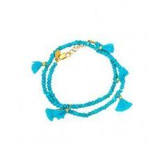 Bracelet 2 tours agrémenté de petits pompons et de perles en pierres semi-précieuses. Fermoir à ressort, longueur réglable par chaînette. Longueur : 15-16,5 cm. Composition : pierres semi-précieuses et métal plaqué or. Fabriqué aux U.S.A.