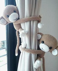Hebben! Deze aapjesgordijnhouders van Thujashop voor de babykamer. Je kunt Thujashop vinden op Etsy.