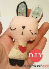 DIY fabric bunny -- in Portuguese but with pictures!