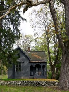 Come To The Dark Side Totally Chic Black Houses ; kommen sie zur dunklen seite total schicke schwarze häuser Come To The Dark Side Totally Chic Black Houses ; Black House Exterior, Cottage Exterior, Exterior Houses, Exterior Paint Colors, Exterior Design, Door Sixteen, The Dark Side, Victorian Farmhouse, Folk Victorian