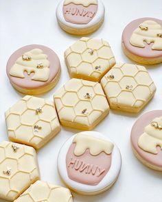 Sugar Cookie Royal Icing, Iced Sugar Cookies, Bee Cookies, Fancy Cookies, Gorgeous Cakes, Pretty Cakes, Cookies Decorados, Disney Cookies, Baby Shower Cookies