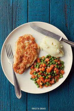 Piersi kurczaka w panierce i marchewka z groszkiem