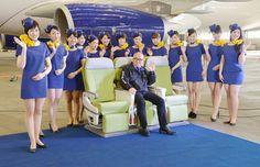 Una compagnia aerea sotto accusa in Giappone. La low cost Skymark ha presentato le nuove divise delle assistenti di volo. Mini abiti bluette corti e attillati che - secondo i sindacati - incoraggerebbero comportamenti sessisti. Tacchi alti e gonne aderenti, inoltre, non sarebbero adatti ad affrontar