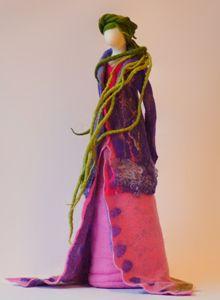 Vrouwen - Wolinhout Wool Dolls, Yarn Dolls, Felt Dolls, Felt Diy, Felt Crafts, Wet Felting, Needle Felting, Diy Tree Topper, Spirited Art