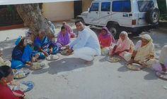 Socialworker baba sonawane serve food old people